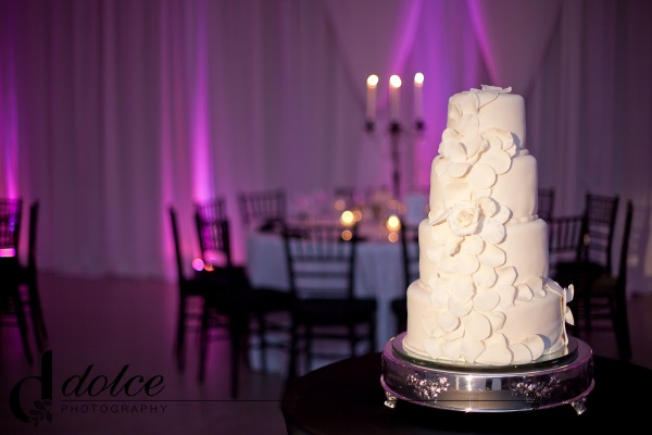 wedding-cake-modern-flowers-white